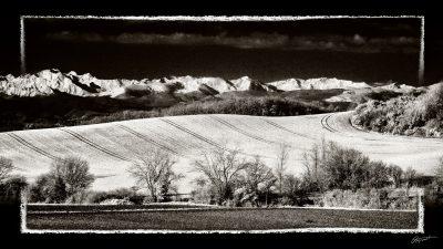 Mirepoix avec Monts Dolmes enneigés