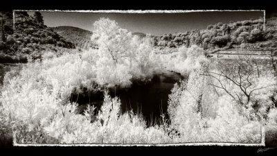 Photo infrarouge Noir et blanc de la Berre à Ripaud dans l'Aude