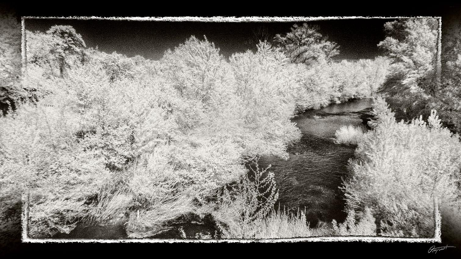 Photo infrarouge Noir et blanc del'Orbieu à Fabrezan dans l'Aude